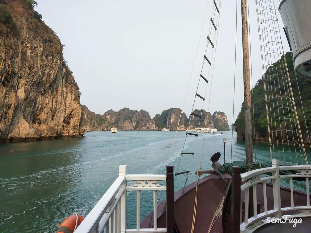 vista dos rochedos no mar em Bai tu Long Bay