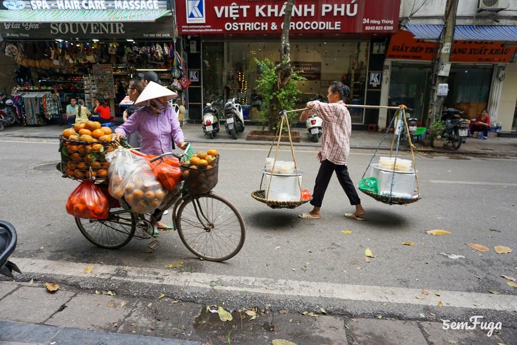 vendedores de fruta em hanói