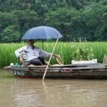 vietnamita a descansar num barco em tam com