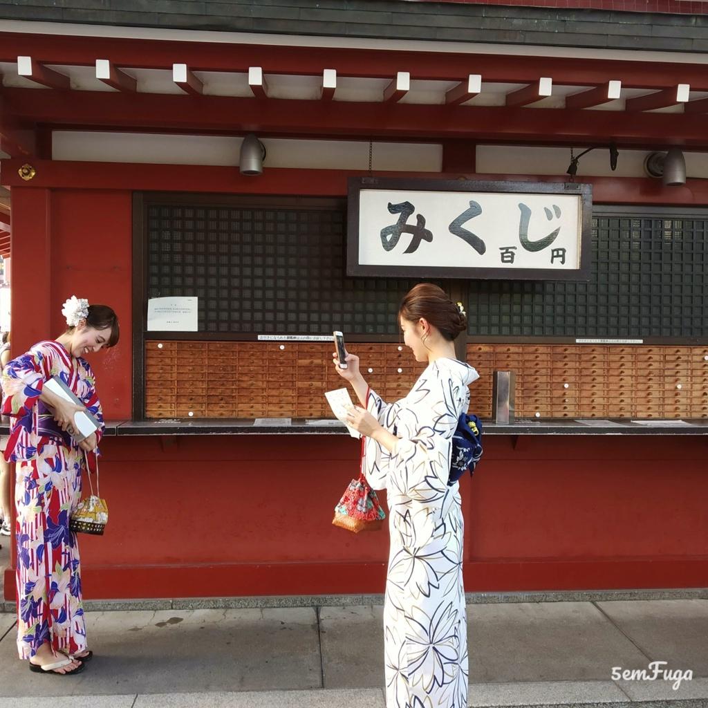 fiéis de quimono em asakusa, tóquio
