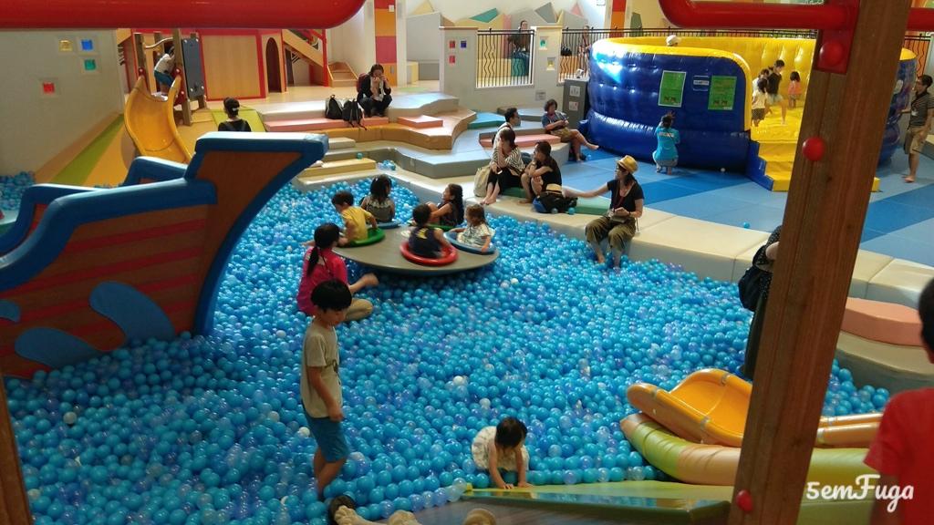 crianças a brincar em piscina de bolas no parque asobono em tóquio