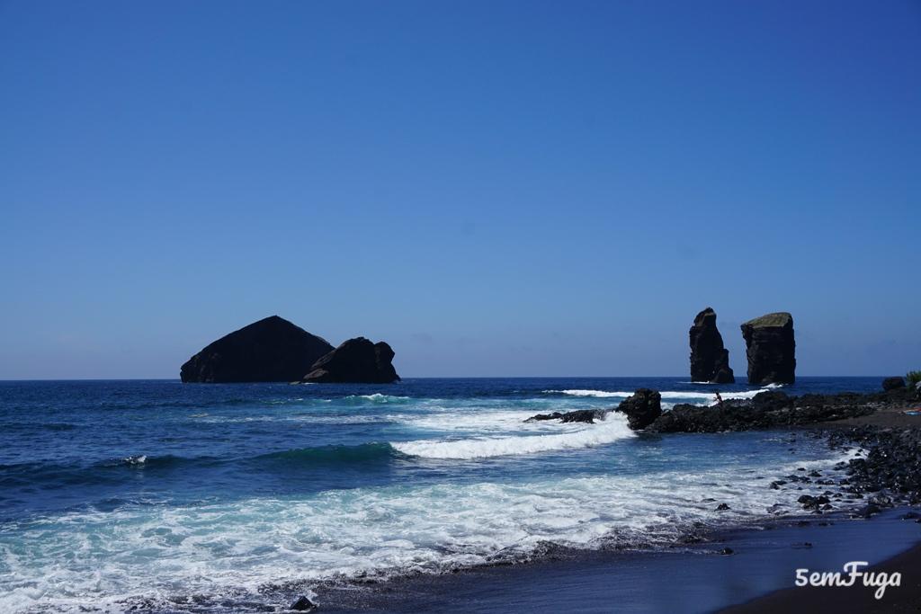 areia preta na praia dos mosteiros