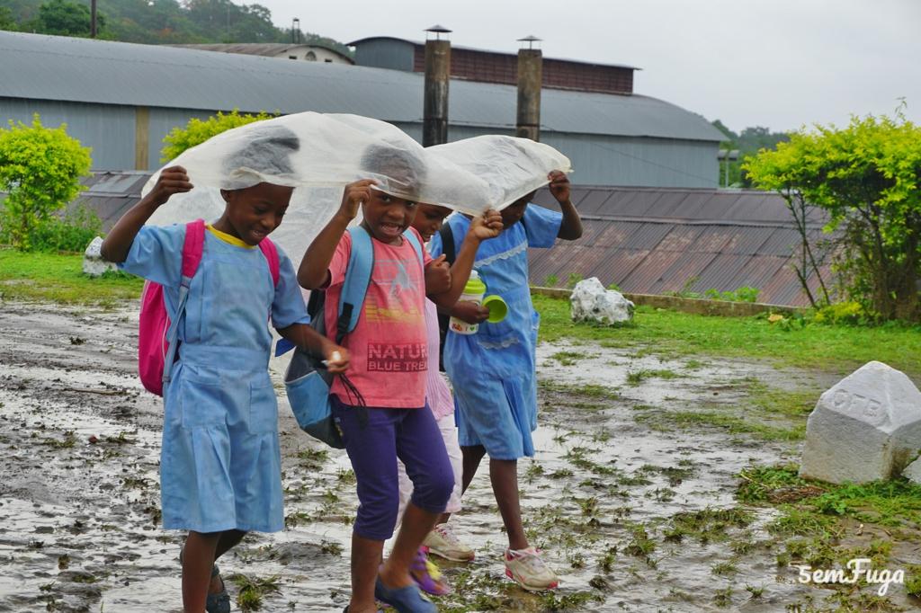 crianças à chuva