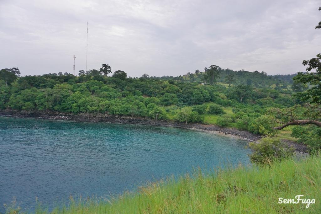 azul da água e verde das árvores na lagoa azul