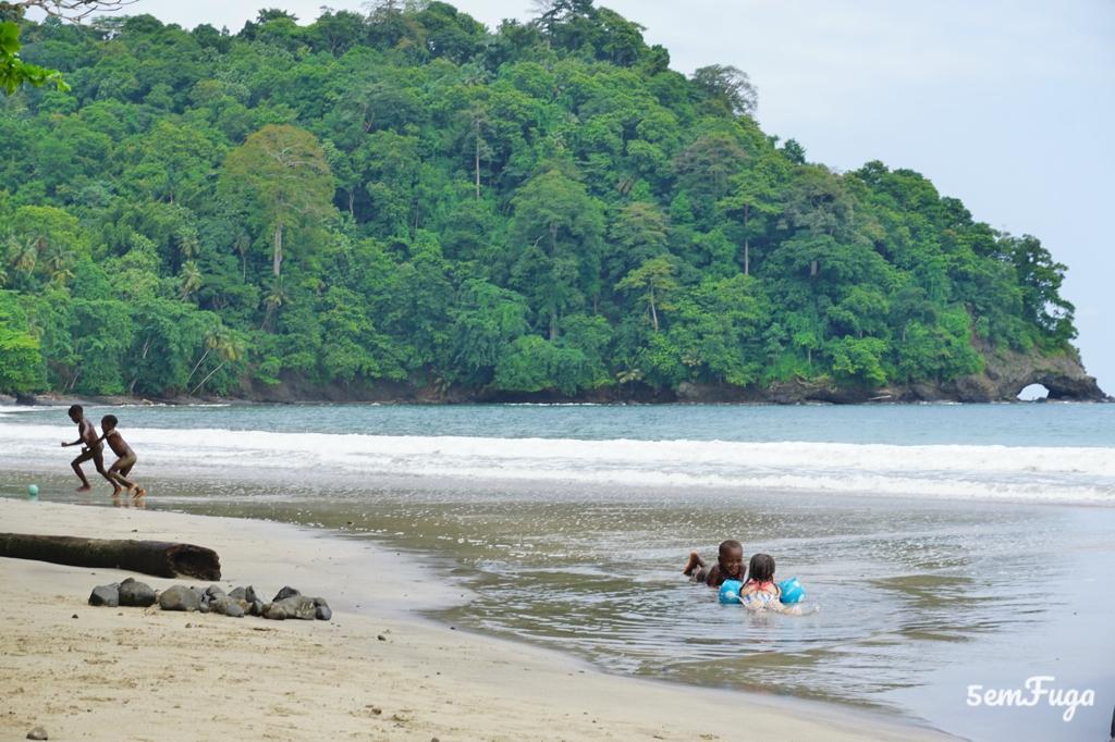 crianças a tomar banho na praia