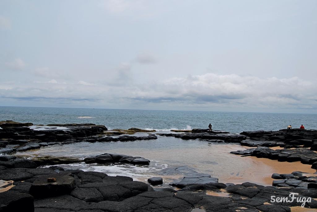 piscina formada pelas rochas na boca do inferno
