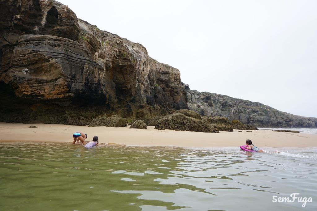 zona de rio na praia da bordeira no algarve