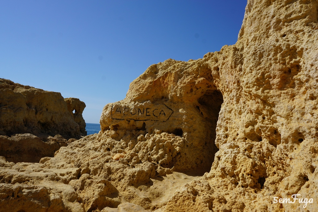entrada da gruta da boneca no carvoeiro, algarve