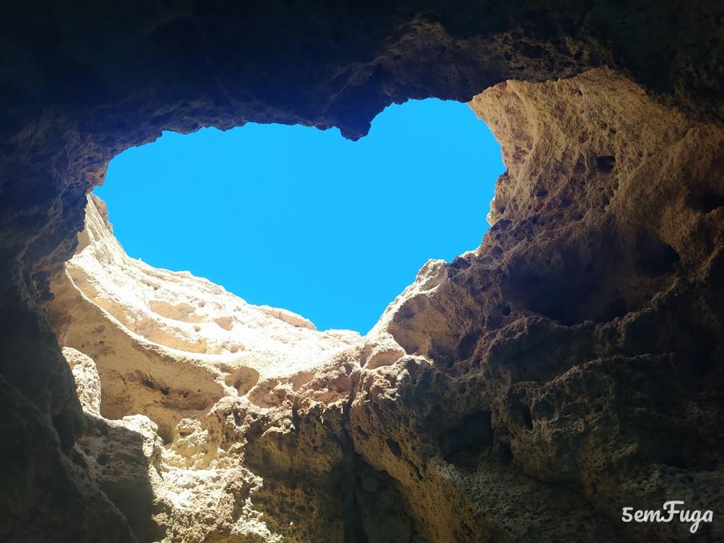coração - pormenor no teto de uma gruta do carvoeiro, algarve