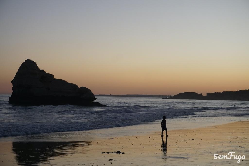pôr do sol na praia dos 3 castelos, algarve