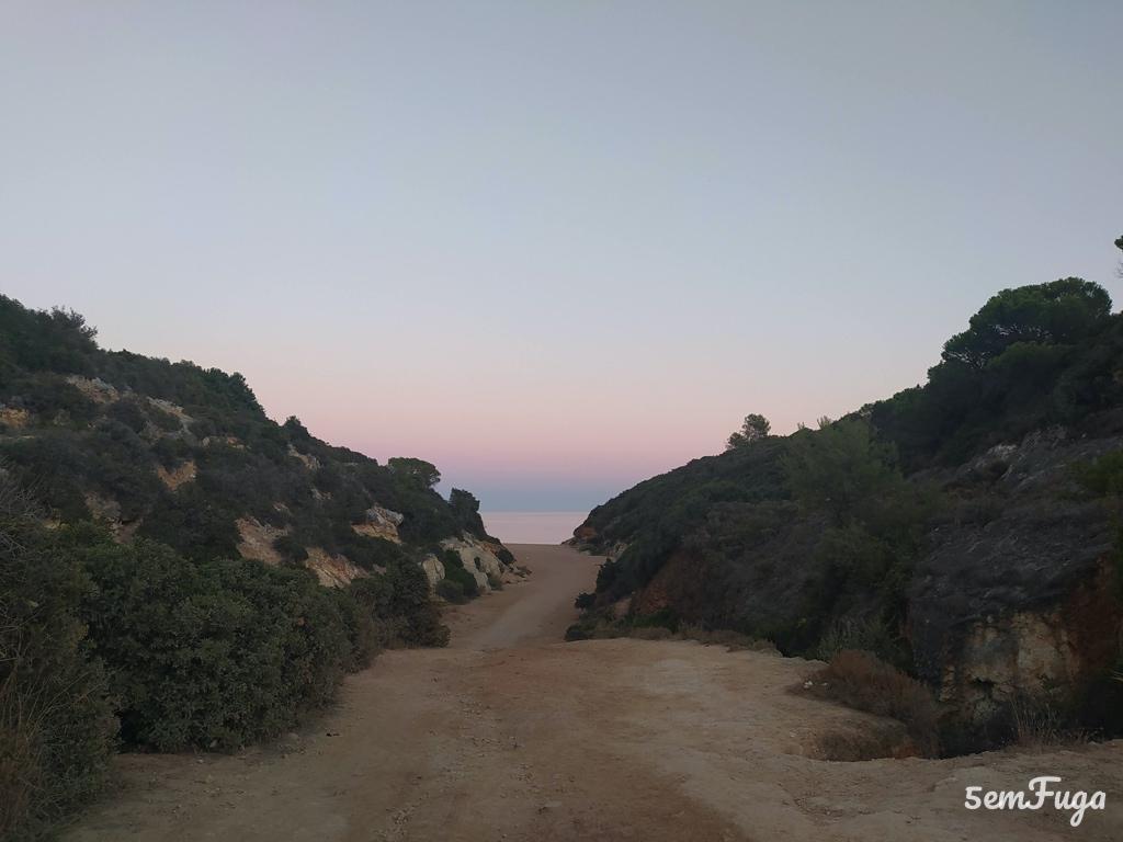 acesso de terra batida à praia do barranco no carvoeiro, Algarve