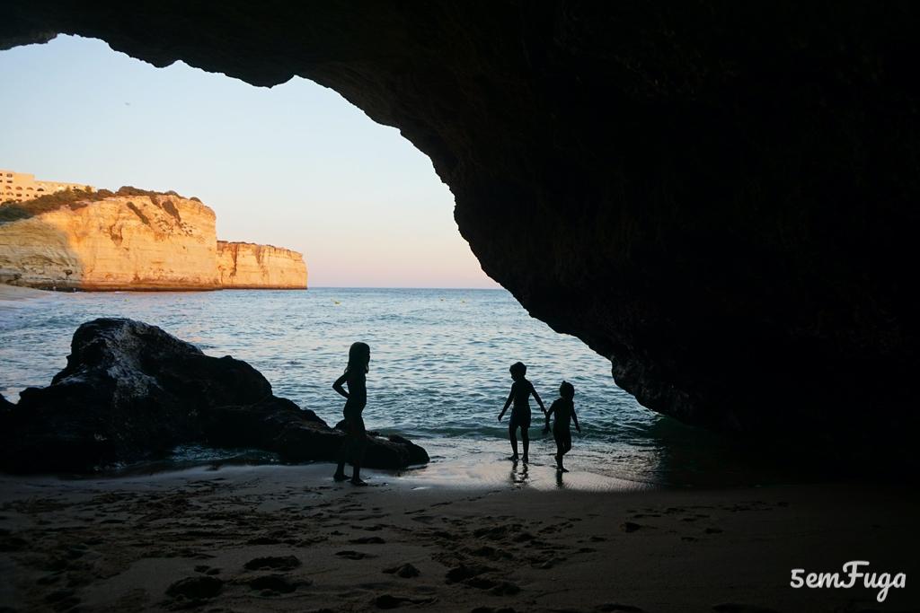 gruta na praia de vale de centeanes