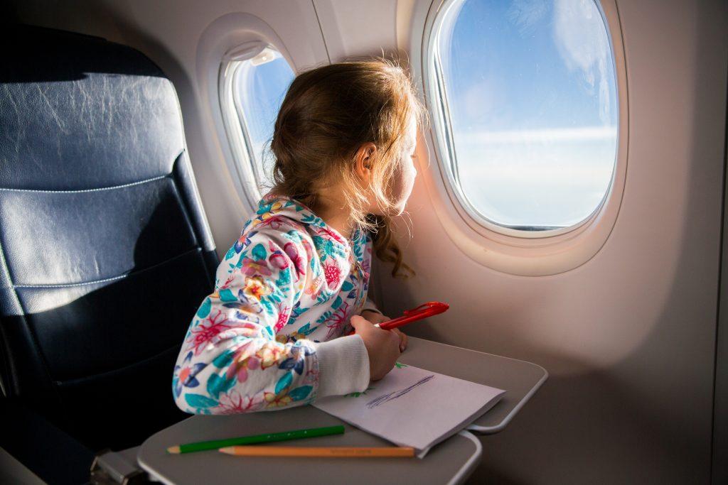 crianças entretêm-se a pintar nos voos longos