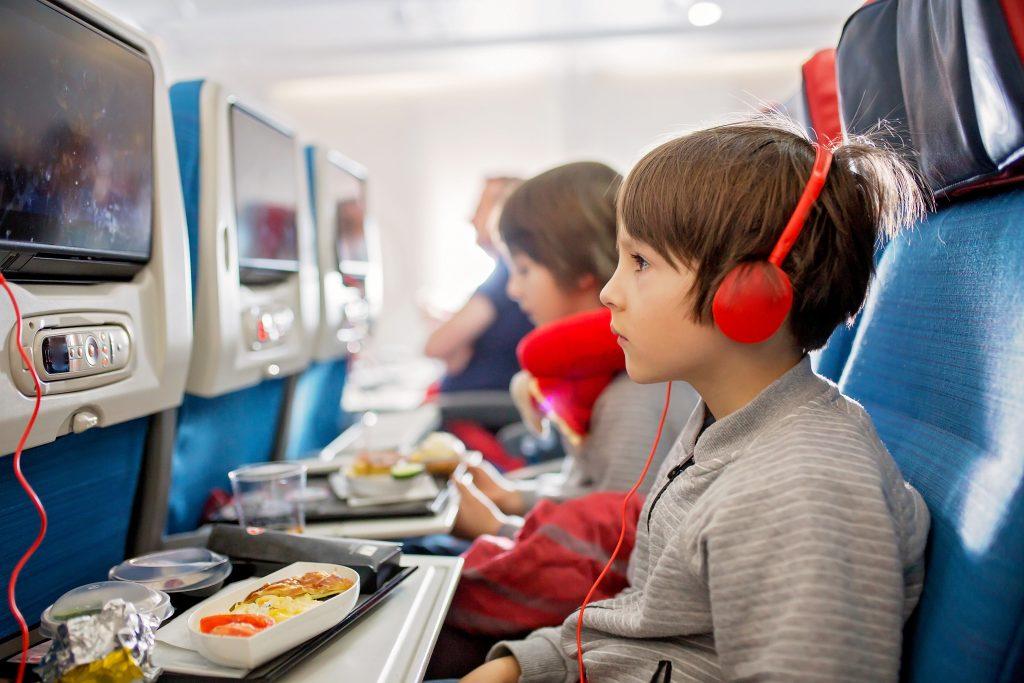 uso de ecrãs para entreter crianças num voo longo