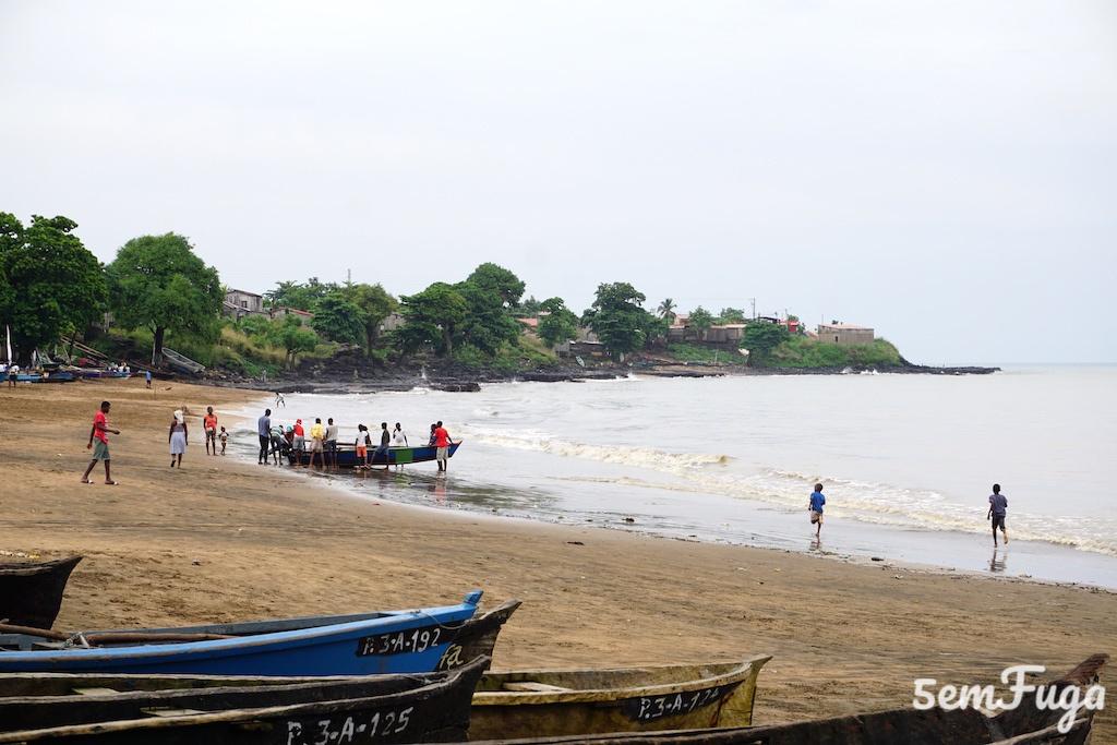 barco de pescadores a chegar na praia melão