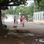 mulher a varrer nas ruas da capital