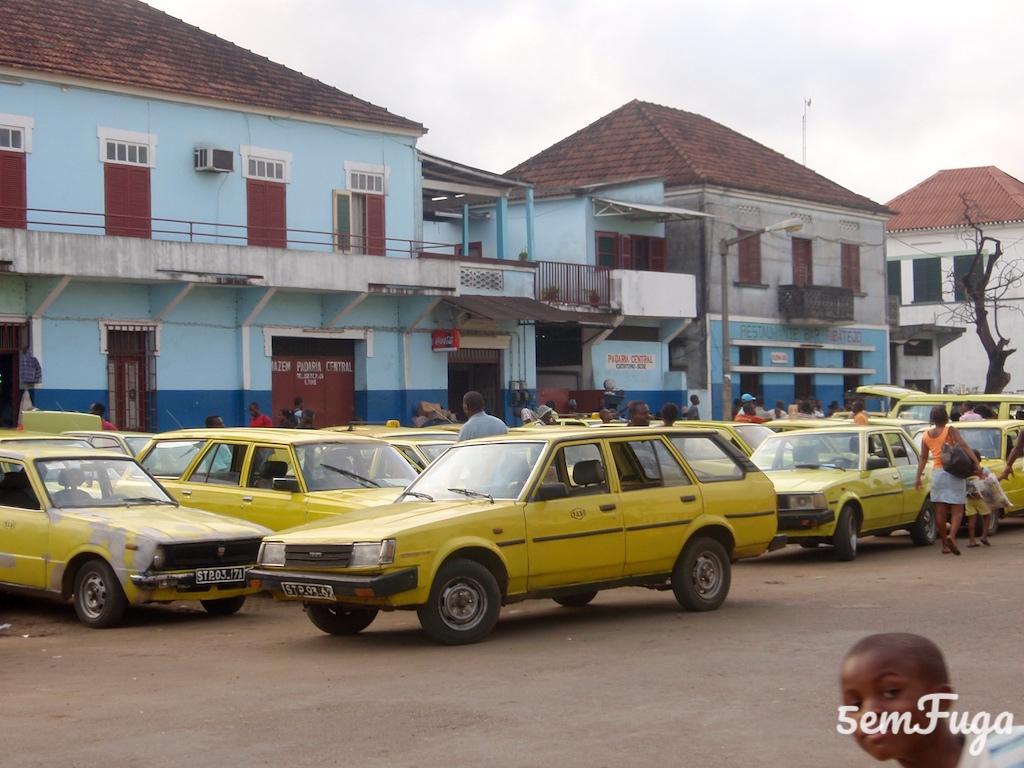 vários taxis amarelos à entrada do mercado