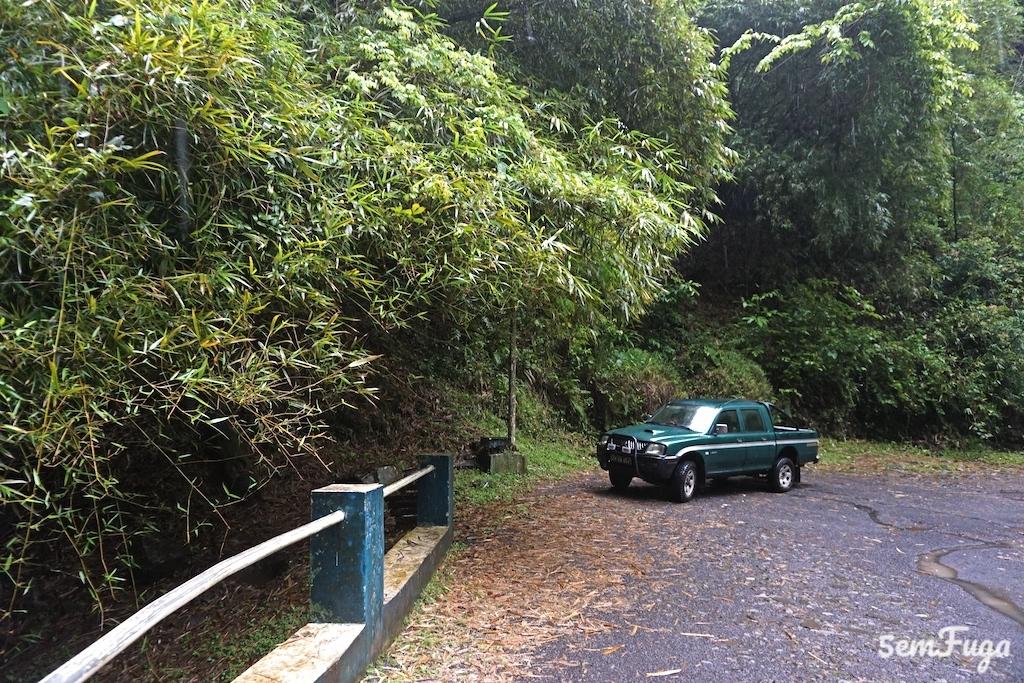 carro parado junto à cascata