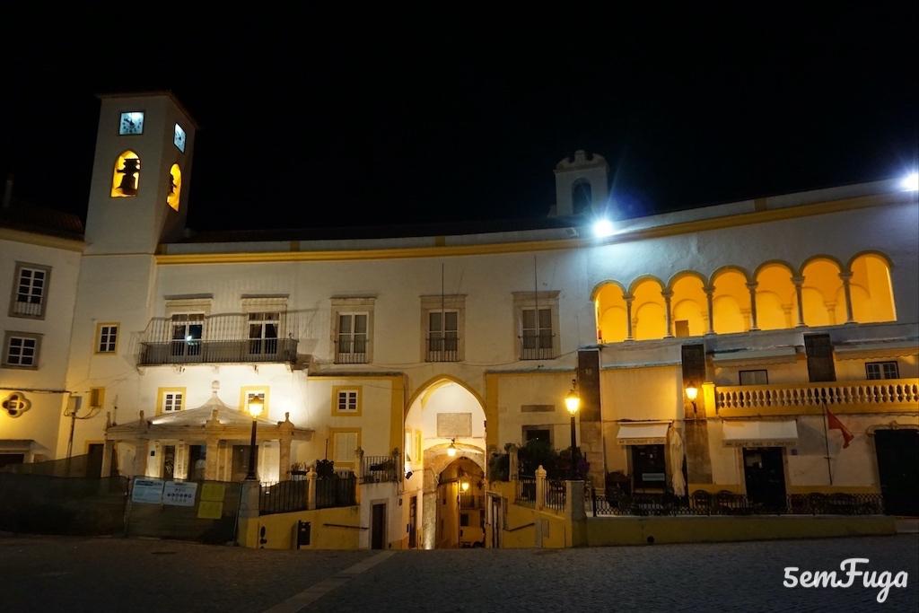 praça da república à noite em elvas