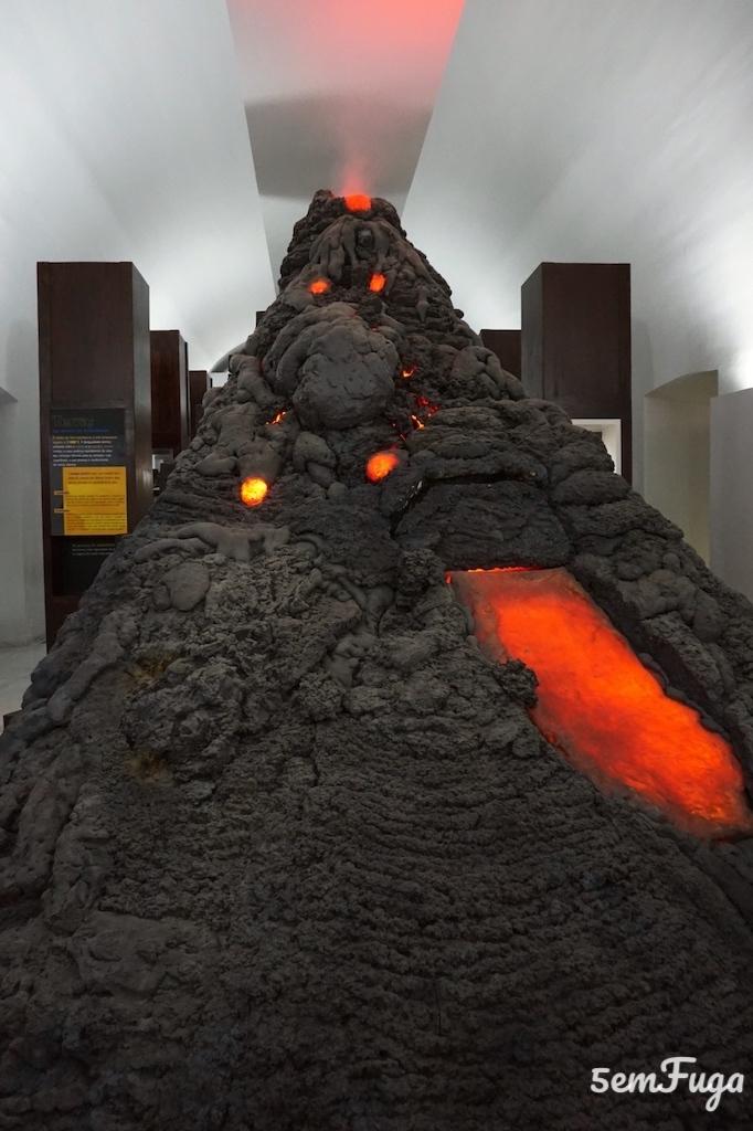 vulcão no exploratório de estremoz