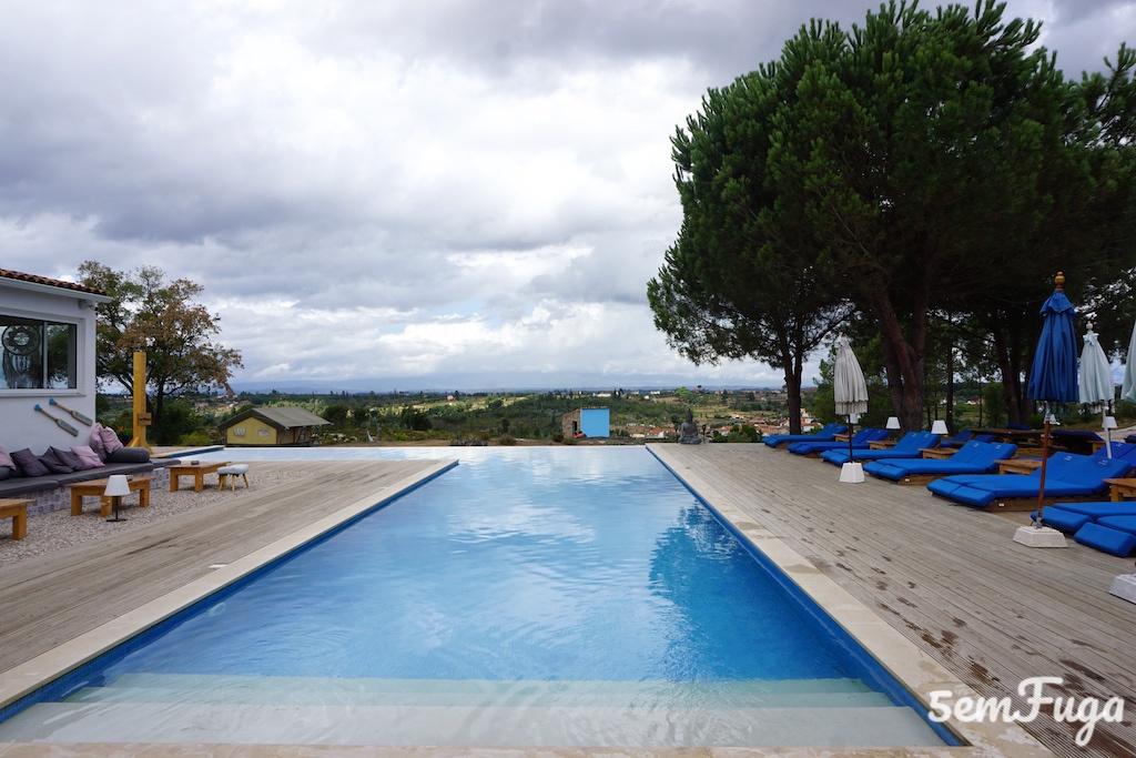 piscina infinita com estátua de buda e espreguiçadeiras